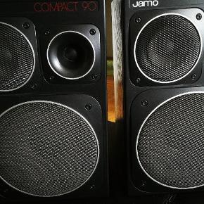 Jamo højtalere med god lyd 👍👍 og flere meter højtalerledning. Størrelsen er omtrent h:40, b:25, d:25  Front, sider og top i pæn stand uden synlige, grimme ridser. Bagpå er der lidt ridser.  Se også mine andre annoncer - mængderabat gives ☀️