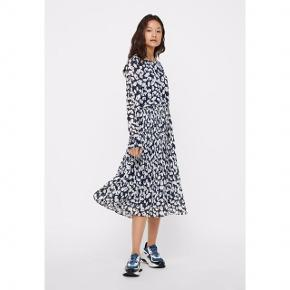 Sælger denne super smukke og populære kjole fra Vero Moda i mørkeblå med hvide blomster. Kjolen er foret og med en fin plisseret underdel.  Kun brugt og vasket en enkelt gang og fejler intet. Pris fra ny 450,-  Foretrækker at mødes og handle i København K men kan også sagtens sendes med Dao - pris for fragt kommer oveni :)