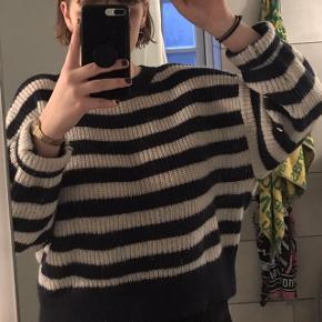 Stribet sweater fra H&M. Striberne er ikke sorte, men meget mørkeblå hvilket er grunden til at jeg sælger den, da jeg troede de var sorte.  Den er croppet