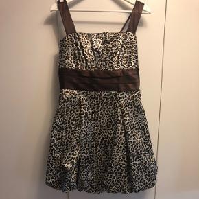 Silke festkjole med brunt leopardprint fra SNK i str. XS Kjolen har fylde i bunden og justerbare stopper Brugt en enkelt gang  BYD