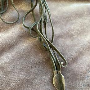 """Sælger dette smykke """"Leaves"""" vedhæng i Sterling sølv med kæde fra Ole Lynggaard. 🌸"""