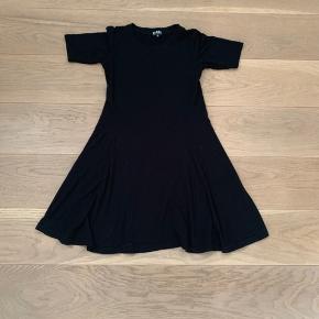Lækker blød kjole i sort