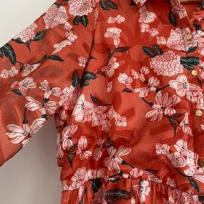 Super smuk lang kjole i fint blomstermønster. Brugt få gange. Lidt tegn på slid på knapperne.   Afhentes i Århus c eller sendes med DAO.