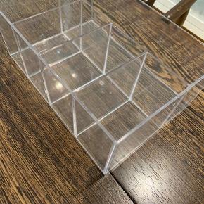Plexiglas beholder 25 x 18 med 4 små rum 10,5 x 6,5 og ét stort 25 x 7