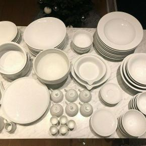 "Virkelig lækkert og velholdt porcelænsstel fra franske Pillivuyt bestående af:  - 8 middagstallerkener - 8 morgenmadstallerkener - 8 pasta-/suppetallerkener - 6 små kagetallerkener - 6 kaffekopper med underskåle - 5 æggebærer - 3 små skåle - 2 mælke-/flødekander - 2 mindre fade med ""tud"" - 2 mindre serveringsskåle - 1 mellem serveringsskål - 1 stor serveringsskål - 1 mindre serveringsskål med løvehoved - 1 mellem serveringsskål med løvehoved - 1 stor serverings-/suppeskål med løvehoved - 1 sovekande - 1 kageopsats  Prisen er for alle dele samlet, men delene sælges også enkeltvis."
