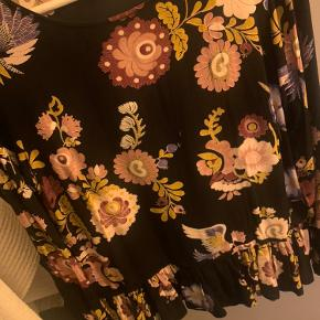 Fin bluse med lidt fylde i bunden, som giver en ret pæn effekt. I rigtig god stand, næsten ikke brugt.