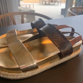 Brugte sandaler, men kun på trædefladen.