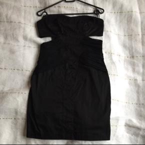 Asos kjole i sort - aldrig brugt   Str 40 - se sidste billede. Vil mere mene det er en str 38   Tjek også mine mange andre annoncer - der gives mængderabat ved køb af flere ting.  Cocktail kjole, åben i siderne, lynlås bagpå. Se mønster foran på billederne.