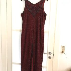 Meget elegant vintage kjole dekoreret med perler. Er i perfekt stand, ingen tegn på slid eller manglende sten. Købt i vintagebutikken Studio Travel på Nørrebro.  Passer S-L efter ønsket fit.