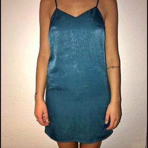 Sælger for en veninde: Skinnende silke lignende kjole. Brugt få gange, og fejler ingenting.  Byd!   Str. Small