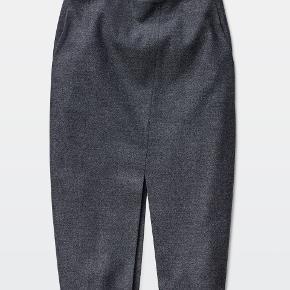Jax nederdel fra canadiske Babaton i str. medium. Skrålommer i siden, lynlås i siden og slidt foran og bagpå - meget flot på. Brugt to gange og ingen tegn på brug.  Jeg handler kun via mobilepay.