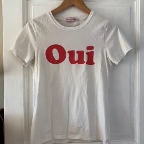 """Fransk """"Oui Non"""" t-shirt fra franske L'ecole des Femmes sælges.  Der står M på mærket men er lille i størrelsen, synes jeg. Passer bedst S.   ———————————————————————  Se mine andre annoncer!  ARKET, & Other Stories, Rodebjer, Samsøe & Samsøe, ARQ, Monki, H&M, Nike, Zara, Ray Ban, Won Hundred, ENVII, American Apparel"""