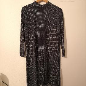 Navy blå kjole med grå prikker. Lækkert blødt stof (95% viskose og 5% elastane). Med lynlås i ryggen.  🔹Sender gerne/køber betaler porto 🔹Returnerer ikke 🔹Køber betaler ts gebyr (ca. 2 kr)