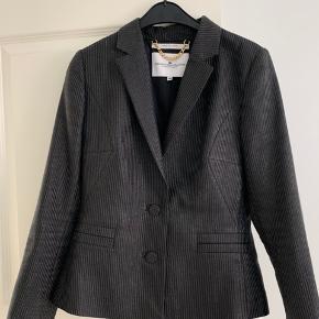 Rigtig flot og elegant blazer med glimmer, som ny, er kun brugt 2 gange, en lille str. 40, som svarer til str. 36-38, ny pris 1.499kr.