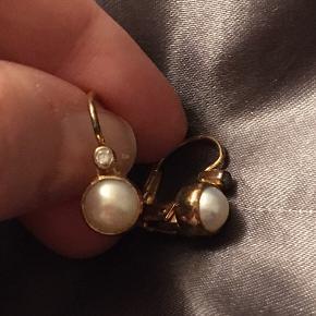 Forgyldte øreringe med zirkon og hvide ferskvandsperler. Nypris: 700kr Brugt få gange - BYTTER IKKE (De har ligget i en smykkepose, men de er desværre blevet lidt mørke nogle steder, men det kan nemt pudses)