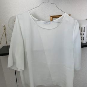 Smuk t-shirt fra Envii, med en smuk smuk detalje på ryggen