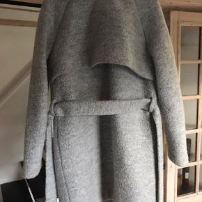 Sælger den frakke fra Envii i 45% uld og 55% polyester.