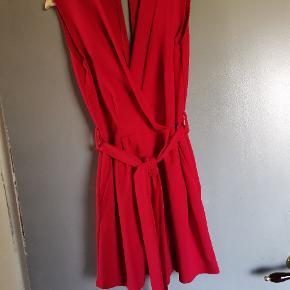 Sælger denne fine buksedragt i en flot rød farve fra Sisters Point i str L. Den er med bindebånd og med lommer.  Super fin på. Aldrig brugt.  Befinder sig i Fjelsø. Kan evt også sendes.