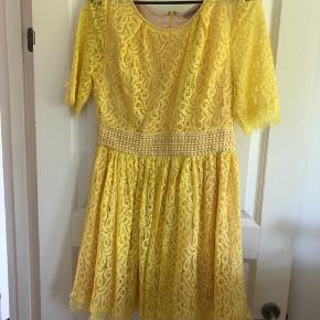 Smuk, smuk kjole fra Darlig 💛💛💛 5 år gammel, men aldrig brugt!  Den er lidt lille i størrelsen.