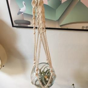 Håndlavet macrame planteophæng i råhvid bomuldssnor med upcycled træring.  Længde ca 96-98 cm (Glas og plante er ikke inkl i prisen).