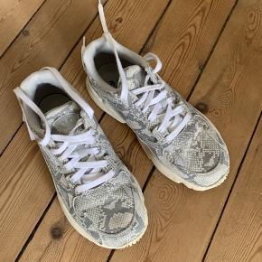 Fine Adidas Falcon sneaks. Brugt meget få gange. Sælges, da jeg ikke får dem brugt.