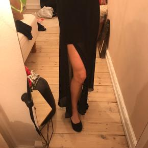 Flot lang nederdel med slids. Yderste stof er halvgennemsigtigt, inderst er en sort undernederdel, så den ikke afslører noget :)