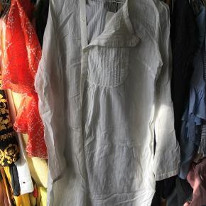 Varetype: Super flot skjorte/tunika Farve: Hvid Oprindelig købspris: 1000 kr.  Super flot skjorte sælges, da jeg desværre aldrig har fået den på - bytter ikke! Den er lavet af 60% bomuld og 40% viskose og den måler ca. 97 cm i længden.