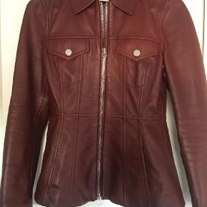 Varetype: Levia læderjakke læder jakke leather Farve: Bordeaux Oprindelig købspris: 12000 kr.