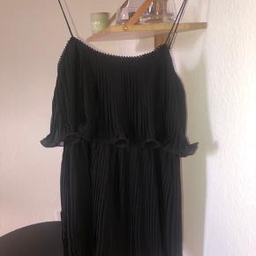 Fin lille kjole fra ZARA, aldrig brugt og fremstår som ny. Bytter ikke og køber betaler fragt 🌞