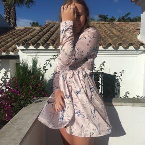 • Sælger denne fine kjole da jeg kun har brugt den en gang på dette billede hah,   • inden fejl  • kan sendes for 35 eller mødes omkring Århus ☺️  • np 250kr