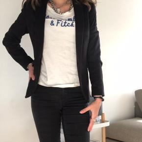 Sælger denne her sorte h&m blazer, da jeg aldrig bruger den. Den er brugt, men i helt fin stand. Den er en størrelse x-small. Jeg sælger den for 50kr        Søgeord: Formelt tøj Sort blazer Fin blazer Fint tøj H&m jakke H&m blazer Sommerjakke Tynd jakke Let jakke Sommer jakke