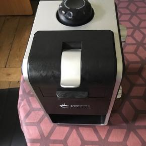 fragt med DAO  Kaffe maskine, den er god og virker.