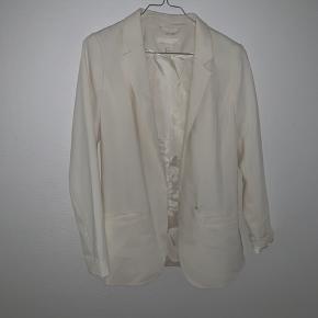 Hvid blazer fra H&M i str 34. Har ikke en knap og kan derfor ikke lukkes. Kom med bud eller skriv for flere billeder.