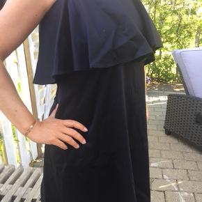 Fin kjole med bare skuldre - farven er meget mørkeblå, næsten sort, og er lavet af bomuld med 3% elastane, så der er altså lidt stræk i. Går ca til lige over knæet, afhængigt af højde😉