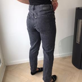 Mom jeans fra H&M i modellen 'Vintage Fit Cropped'. Sælger fordi de er for store i taljen til mig. Nypris 600 kr. De er str. 32 i jeans model, hvilket nok svarer til large. De sidder nok let bedre på en person der kan passe dem😉 Byd!