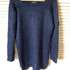 Rigtig flot midnatsblå lang strik/strikkjole med sølvtråd i stoffet.
