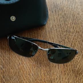 """Sort/metal solbriller til herrer sælges. I rigtig flot stand. Der er tale om RB 3194 004 modellen - se evt. billede. Der er tale om Polaroid solbriller, som eliminerer genskin og refleksion og er derfor særlig egnet til kørsel, ski og fiskeri.  Ofte stillede spørgsmål - Er varen stadig til salg? Ja. Jeg deaktiverer først mine annoncer, så snart jeg har modtaget betaling for tingene.  - Er prisen til forhandling? Nej, og skambud ignoreres derfor; jeg har ikke travlt med at komme af med mine ting og er ikke interesseret i """"en hurtig handel""""  - Modtager du MobilePay? Ja - telefonnummeret står angivet i øverste højre hjørne  - Kan varen sendes? Ja - som pakke via GLS til 39,-"""