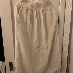 Mellemlang nederdel fra H&M trend konceptet. Ingen tegn på slid. Passer op til størrelse 38