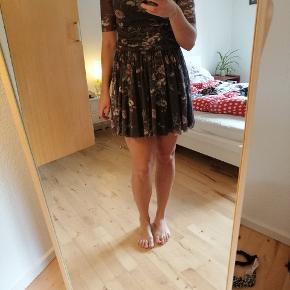 Virkelig sød ganni kjole, som jeg ikke får brugt længere. Den er virkelig behagelig at have på og der er elastik i stoffet.