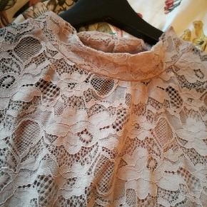 Tøjpakke sælges str 46/48. Indeholder 14 dele: 5 kjoler, 4 skjorter, 2 toppe, 1 cardigan, 1 par jeans og en jakke. Alt tøjet og standen kan ses i mine andre annoncer