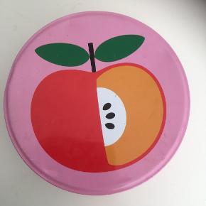 Fantastisk sjov metaldåse fra 80-erne  Pink lyserød retro Kagedåse  æble  Ca 35 cm ø  Lidt patina men fin og kan bruges til småkager, nødder nips osv  Cookiebox box dåse   Sender gerne