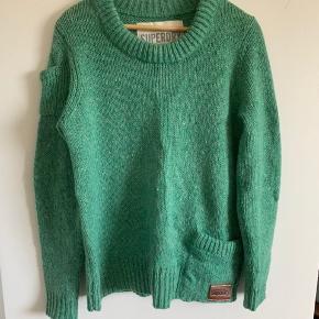 Mega fed sweater fra superstat med fede detaljer . Lomme foran og en lille lomme på Venstre ærme samt læder mærke foran.
