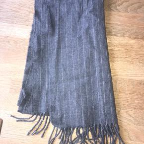 Gråt tørklæde i uld fra Birger Christensen. Fra røg- og dyrefrit hjem.