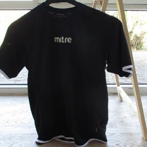 T-shirt fra Mitre str 164. Brugt en enkelt gang.  Se også mine flere end 100 andre annoncer med bla. dame-herre-børne og fodtøj