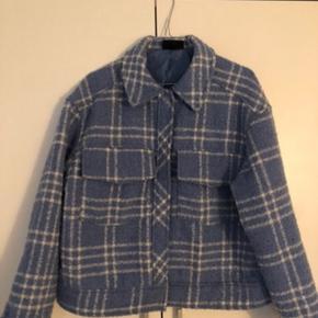 Jeg sælger den mega fede jakke jeg købte den herinde men den passede mig desværre ikke. så nu prøver jeg og sælge den videre. Hende jeg købte den af sagde den var i god stand og jeg har kun lige prøvet den   💞