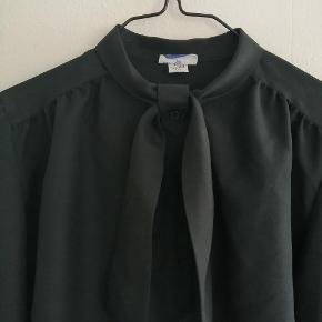 Vintage sort skjorte med bånd om halsen / pussy now.  På det ene ærme er der en anden knap, end de originale.