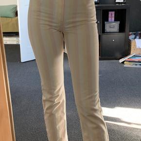 Helt nye bukser, som aldrig er blevet brugt. De sidder lidt stramt på mig og er lidt for korte. (Jeg er 1,78 høj). Mærket sidder stadigvæk på.