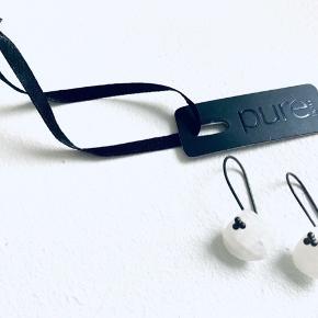 Splinternye øreringe med hvide sten fra Pure Med prismærke Købt for 400,-