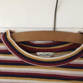 T-shirt fra Monki med glimmerstriber.