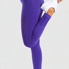 Lækre tights købt for ca 10 mdr siden. Der er stræk i og derfor kan de passes af alle som normalt er en imellem en str 32-38. De er super gode til træning og ikke gennemsigtige når du squatter. De sælges fordi jeg har to andre par jeg bruger mest.   https://dk.gymshark.com/collections/energy-seamless/products/gymshark-energy-seamless-leggings-indigo